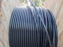Elektryczny kabel w drewnianej zwitce Zdjęcia Stock