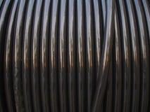 Elektryczny kabel w drewnianej zwitce obrazy stock