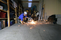 Elektryczny koła śrutowanie na stalowej drymbie w pracy przestrzeni Obraz Royalty Free