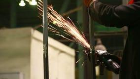 Elektryczny koła śrutowanie na stalowej strukturze w fabryce zdjęcie wideo