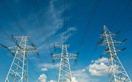 Elektryczny kreskowy władzy wierza na niebieskim niebie Fotografia Royalty Free