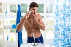 elektryczny mężczyzna żyletki golenie Fotografia Royalty Free