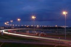 Elektryczny oświetlenie na nocy autostrada. Zaświecać maszty na nocy zdjęcia stock