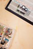 Elektryczny obwód na breadboard na odosobnionym drewnie Zdjęcia Stock