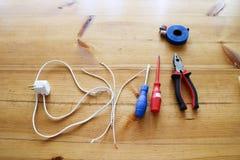 Elektryczny obwód z drutami i dodatkowymi częściami, instalacyjny wyposażenie, cążki, błękitna elektryczna taśma, śrubokręty na s obraz royalty free