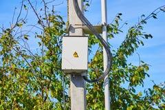 Elektryczny panel na popielatym betonowym filarze zdjęcie royalty free