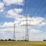 Elektryczny pilon na polu pod niebieskim niebem Zdjęcia Stock