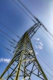 Elektryczny pilon pod niebieskim niebem Obrazy Stock