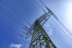 Elektryczny pilon pod niebieskim niebem Obraz Royalty Free