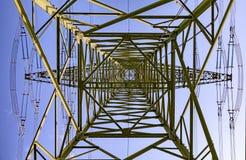 Elektryczny pilon pod niebieskim niebem Fotografia Stock