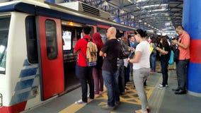 Elektryczny pociąg przy LRT stacją Kuala Lumpur Obrazy Stock