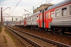 Elektryczny pociąg przy stacją Obrazy Royalty Free