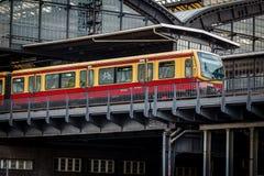 Elektryczny pociąg Przyjeżdżający na U-Bahn staci w Berlin Zdjęcia Stock