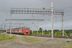 Elektryczny pociąg rusza się wzdłuż poręczy 21 batalistycznych duży redakcyjnych rozrywki festiwalu wizerunku rycerzy średniowiec Fotografia Stock