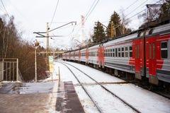 Elektryczny pociąg na daleko stacyjnym w Moskwa Zdjęcia Royalty Free