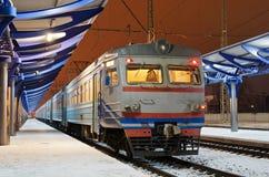 Elektryczny podmiejski pociąg zdjęcia royalty free