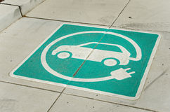 Elektryczny pojazd ładuje staci znak obrazy stock