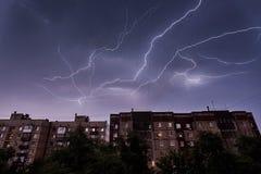Elektryczny rozładowanie w nocnym niebie obrazy stock