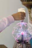 Elektryczny rozładowanie w szklanym pucharze zdjęcia royalty free