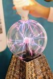 Elektryczny rozładowanie w szklanym pucharze obraz royalty free