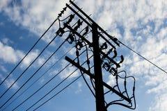 Elektryczny słup łączy wysokiego woltażu elektryczni druty z niebieskiego nieba tłem Zdjęcia Royalty Free