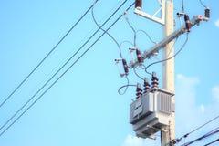 Elektryczny słup i elektryczny transformator na nieba tle zdjęcia royalty free
