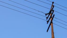 Elektryczny słup lub władza słup z starą linią energetyczną obrazy royalty free