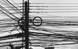 Elektryczny słup z drutu ruchliwie nieładem zakłada zamiast disrepair w mieście Ten wizerunek jest Siluett obrazy royalty free