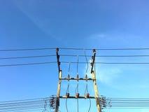 Elektryczny słup na niebieskiego nieba tle Obrazy Stock