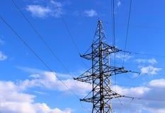 Elektryczny s?up na niebieskim niebie zdjęcie stock