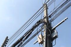 Elektryczny słup z linia energetyczna kablami zdjęcie stock