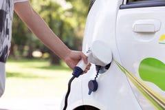 Elektryczny samochód ładować bateria obraz royalty free