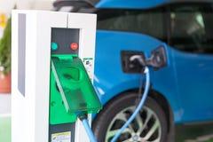Elektryczny samochód ładować bateria obrazy stock