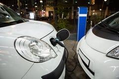 Elektryczny samochód ładował na ładuje staci w salowym parking zdjęcia royalty free