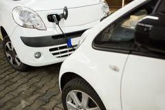 Elektryczny samochód ładował na ładuje staci w salowym parking zdjęcie stock