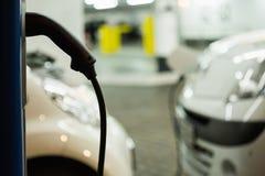 Elektryczny samochód ładował na ładuje staci w salowym parking fotografia stock