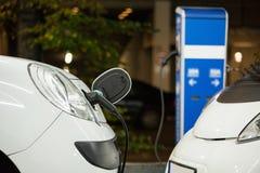 Elektryczny samochód ładował na ładuje staci w salowym parking zdjęcia stock