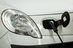 Elektryczny samochód ładował na ładuje staci w salowym parking obraz stock