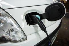 Elektryczny samochód ładował na ładuje staci w salowym parking fotografia royalty free