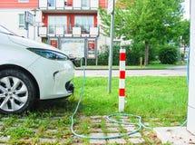 Elektryczny samochód ładuje przy ładuje stacją Obrazy Royalty Free