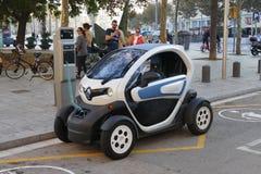 Elektryczny samochód ładuje przy stacją w Barcelona Hiszpania Listopad 2015 obrazy royalty free