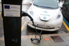 Elektryczny samochód ładuje w jawnym punkcie w palmie de Mallorca fotografia royalty free