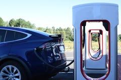 Elektryczny samochód ładuje obok supercharger fotografia stock