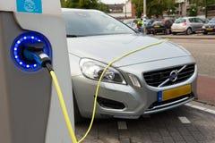 Elektryczny samochód przy ładuje stacją Zdjęcia Stock