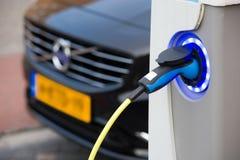 Elektryczny samochód przy ładuje stacją Obrazy Royalty Free