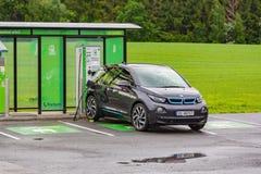Elektryczny samochód przy ładuje stacją na naturze, Norwegia obrazy stock