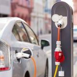 Elektryczny samochód w Ładuje staci Obrazy Royalty Free