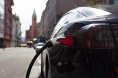 Elektryczny samochód w Ładuje staci Zdjęcia Stock