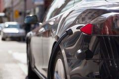 Elektryczny samochód w Ładuje staci Obraz Royalty Free