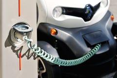 Elektryczny samochód w Swobodnie Podładowywać stację Zdjęcie Stock